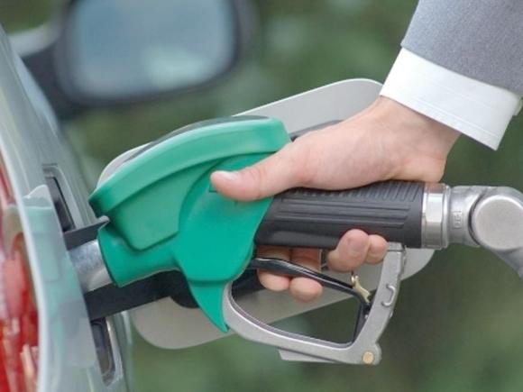 Guvernul aprobă returnarea a 4 cenţi din acciza la combustibili